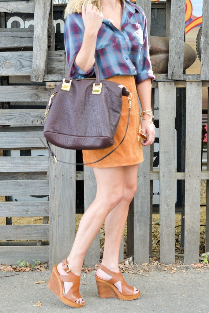 how to wear a suede skirt for fall-suede mini skirt-burgundy purse-plaid shirt